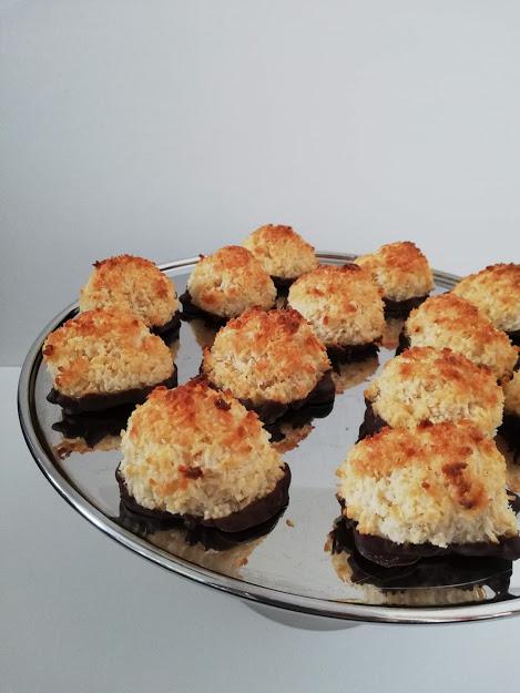 Kokostoppe er en nem og hurtig kage. Det tager ikke meget mere end 20 min at lave dem, til de er ude af ovnen. Så skal man jo bare vente toldmodig på at de køler af, så man kan komme chokolade på. Hvis ikke man kan vente på de bliver kolde, så er de også gode lune og uden chokolade.