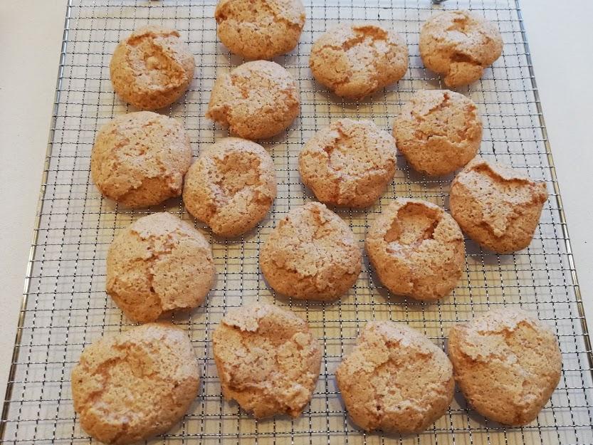 Makroner smager godt for sig selv, og kan spises som en sprød lækker småkage. Men de er også rigtig gode i forskellige desserter og Sarah Bernhardt kager. Disse sprøde makroner er hurtige og nemme at lave, og de kan holde sig længe, hvis man kan holde sig fra dem.