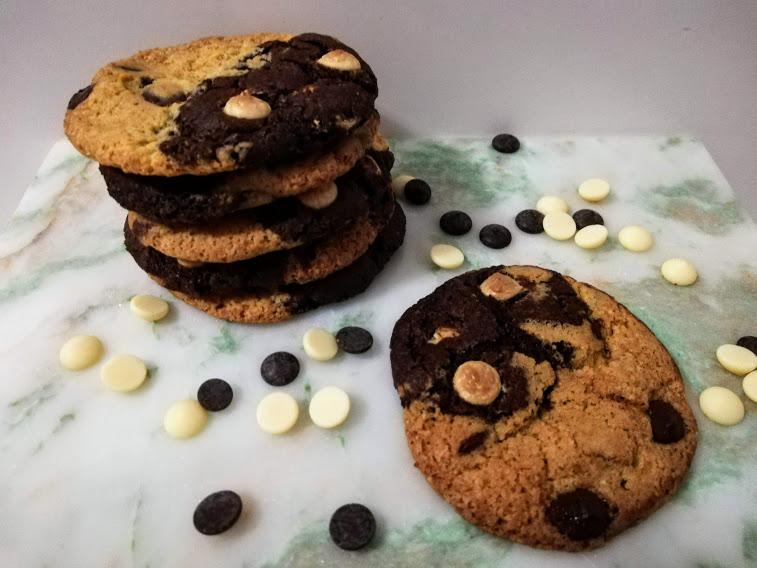 yin yang cookies. Nogen gange så kan jeg ikke helt finde ud af, om det er en lys eller mørk cookies, jeg har lyst til at bage. Men hvorfor skal man egentlig vælge. Jeg har derfor lavet denne opskrift på yin yang cookies, som både er en lys vanilje cookies, og en mørk kakao cookies, som så bliver sat sammen til en cookies. De smager super dejlig, og kan holde sig i flere dage i en kagedåse, hvis de ikke bliver spist med det samme.