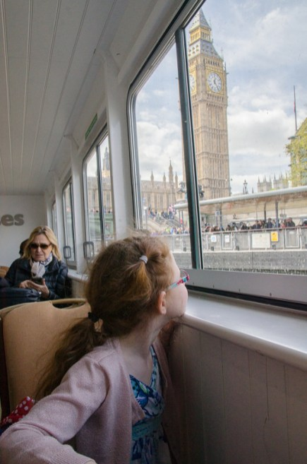 Amélie looks upon the Houses of Parliament