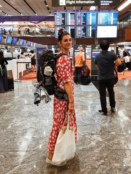 op vliegveld met handbagage backpack