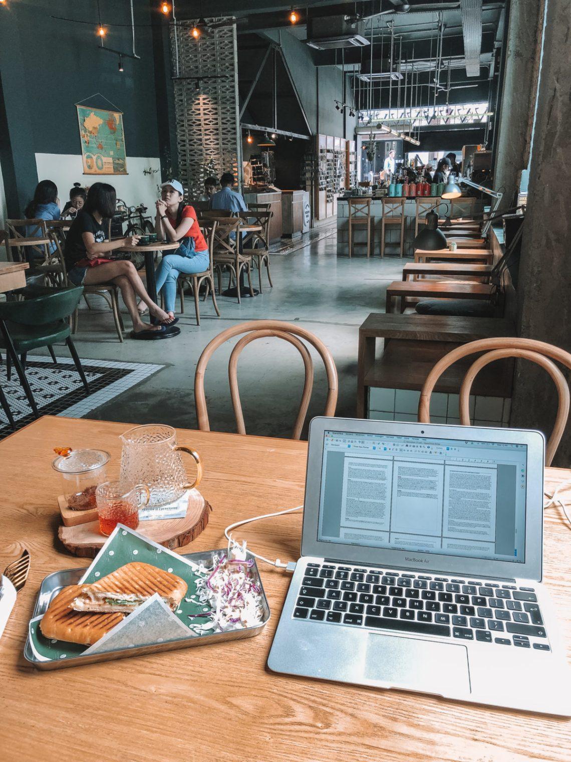 Werken in het buitenland in een café