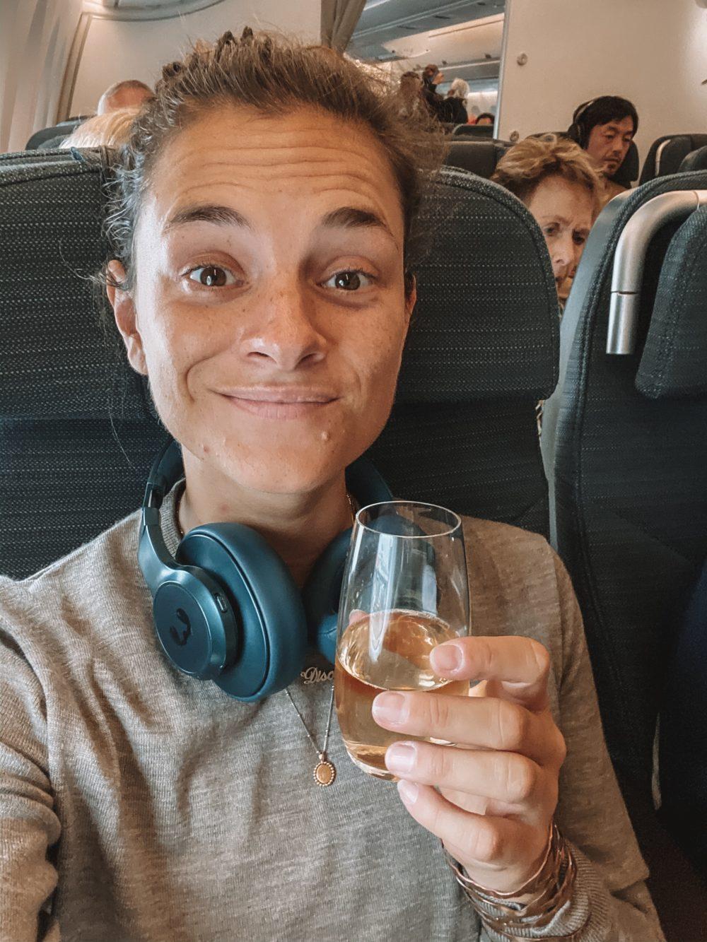 Glas wijn in premium economy bij Cathay Pacific