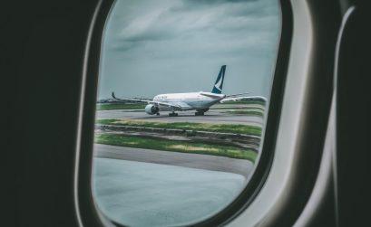 Vliegtuig van Cathay Pacific op landingsbaan