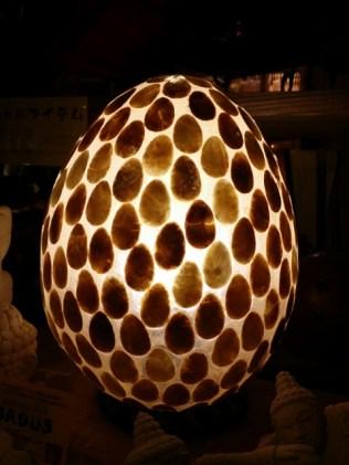天然の貝をレジンで固めた卵型ランプ