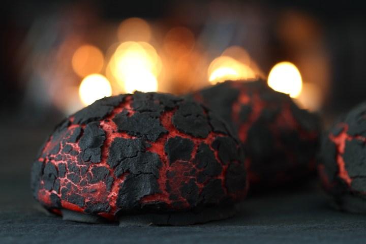 Halloweenboller af glødende kul. - En uhyggeligt god opskrift fra Bagvrk.dk.