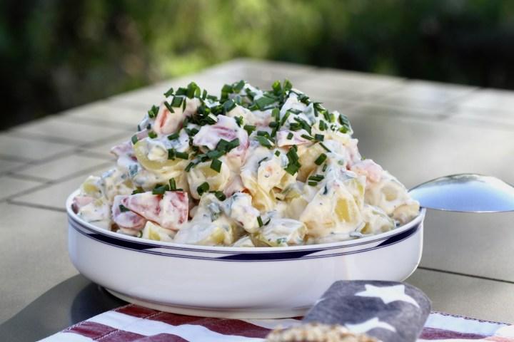 Kartoffelsalat på terrassebord. Sommerstemning.