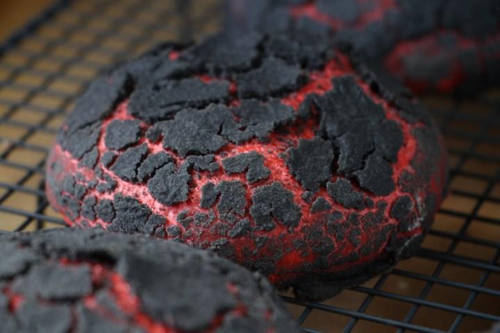 Chiliburgerboller med sort, krakeleret dej - Bagvrk.dk