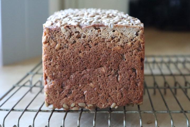 Det færdigbagte rugbrød uden surdej - rugbrød med gær - Bagvrk.dk