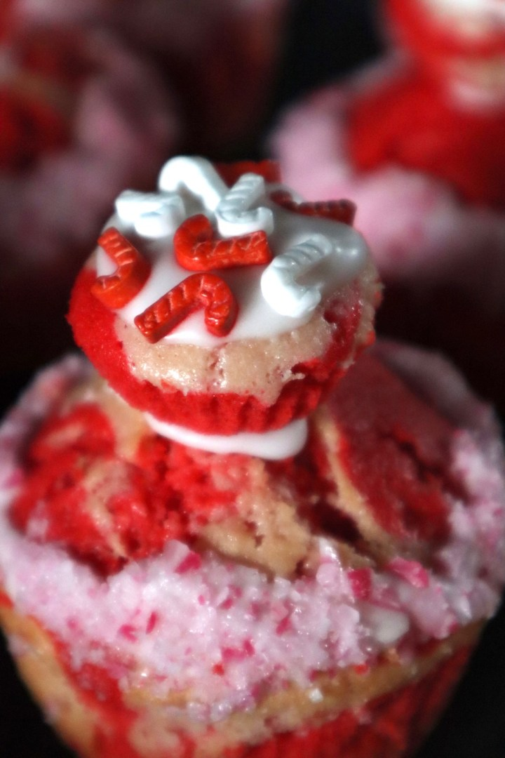 Nærbillede af toppen på en pebermyntemuffin - sukkerstok - Bagvkr.dk