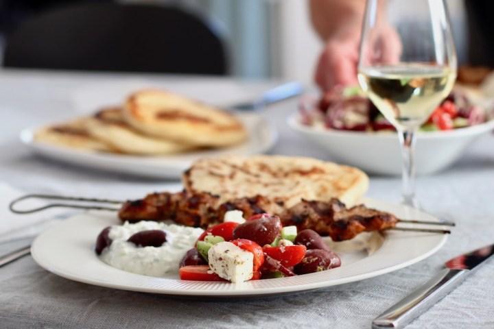 Græsk måltid med fladbrød, tzatziki, souvlaki og græsk salat Bagvrk.dk