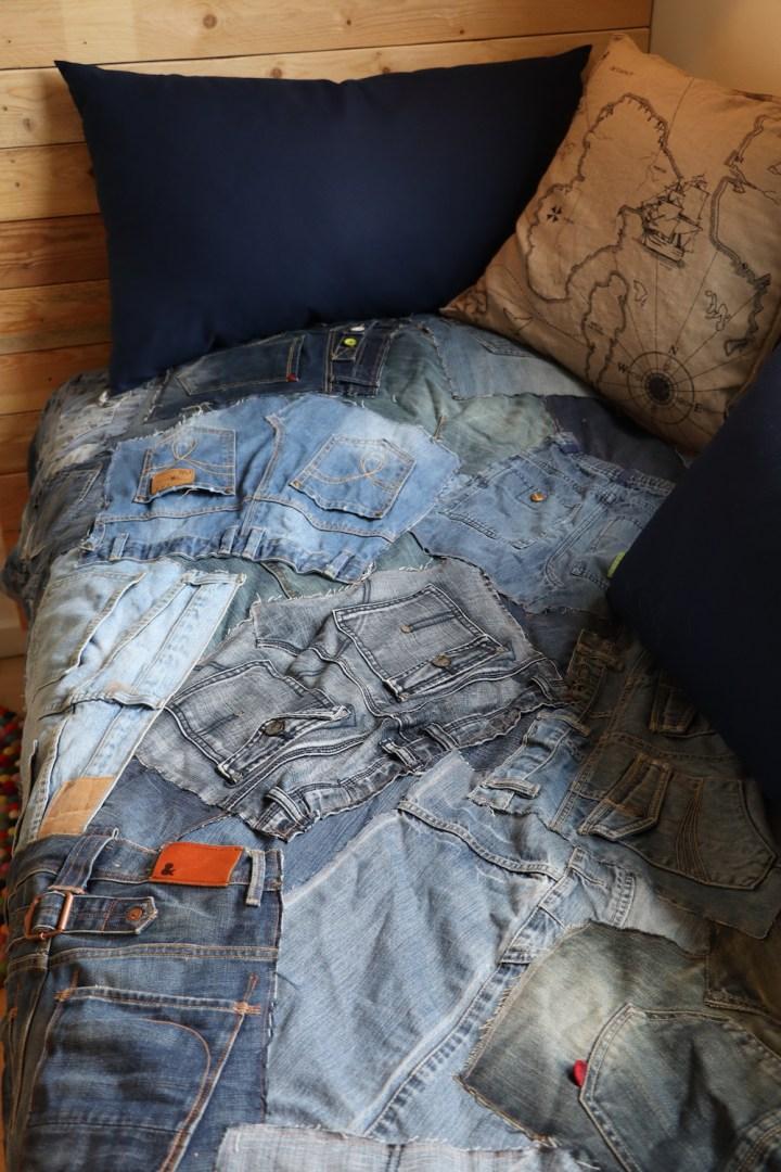 Sengetæppe af gamle jeans upcycling Bagvrk.dk