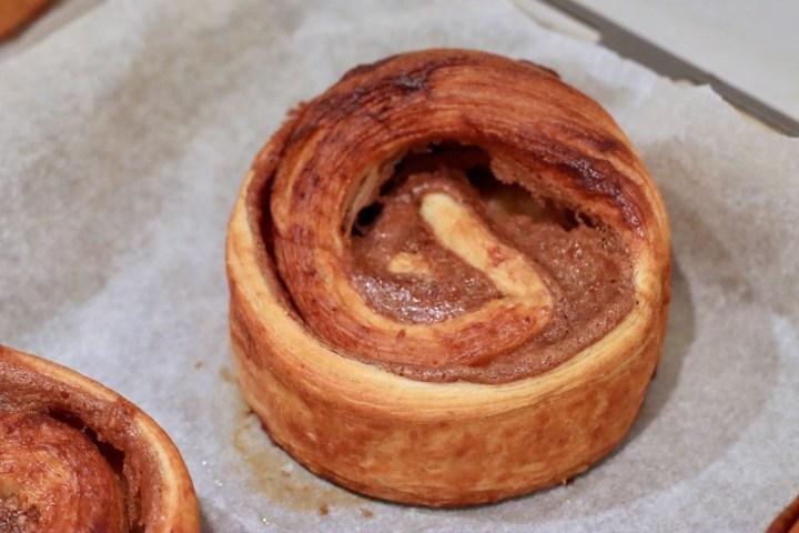 Høje kanelsnegle efter bagning i bagering