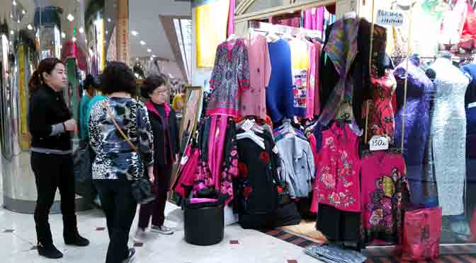 Clientes en el centro comercial de Luohu en Shenzhen