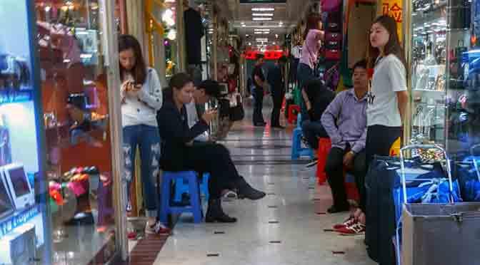 Los vendedores del centro comercial de Luohu en Shenzhen