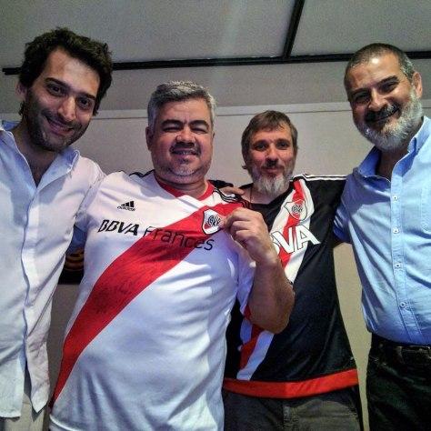 """Con Lucas Viafora, Italo Daffra y """"Nacho"""" Dimari, en la celebración de la Copa Argentina que ganó River Plate. Almagro, Buenos Aires, diciembre."""