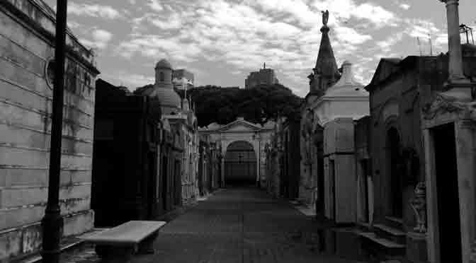 Los pasillos del cementerio de la Recoleta