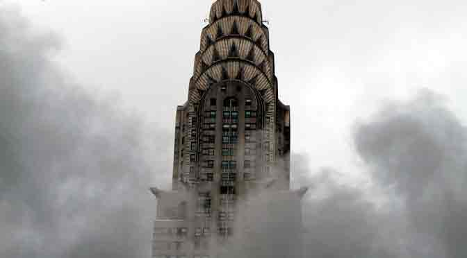 El edificio Chrysler, veteado con columnas de vapor en New York