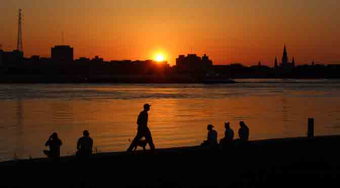 Atardecer sobre el río Misisipi en Algiers Point, New Orleans
