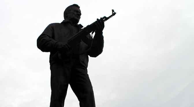El polémico monumento a Mijaíl Kaláshnikov y su fusil AK-47 en Moscú