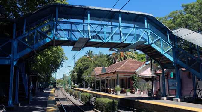 Andenes arbolados de la estación Las Barrancas del Tren de la Costa