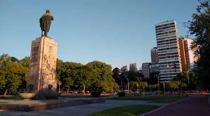 La plaza donde Artigas mira a Buenos Aires