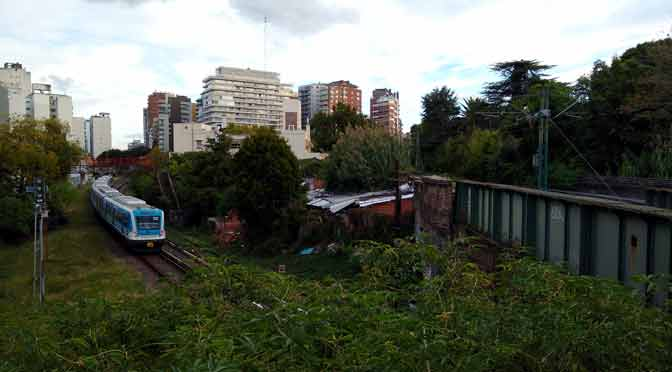 Singular cruce de trenes en Olivos, visto desde la estación Libertador