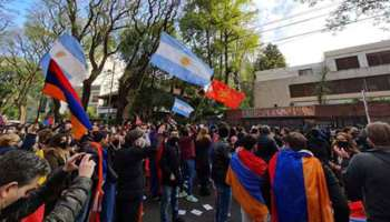 Marcha armenia embajadas Azerbaiyán Turquía