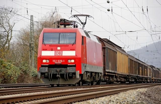 Güterzug (Schiebewandwagen) mit Ellok Baureihe 152 bei Porta Westfalica auf dem Weg Richtung Süden
