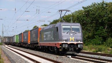 Symbolbild: Güterzug mit LKW-Anhänger auf Güterwagen. (Foto: © Erich Westendarp / pixelio.de)