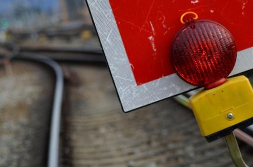 Schutzhalttafel (Signal Sh 2) in einem gesperrten Baugleis. (Foto: © Bahnblogstelle)