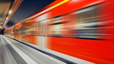 S-Bahn-Zug bei der Durchfahrt durch einen Bahnhof. (Foto: © Petair / fotolia)