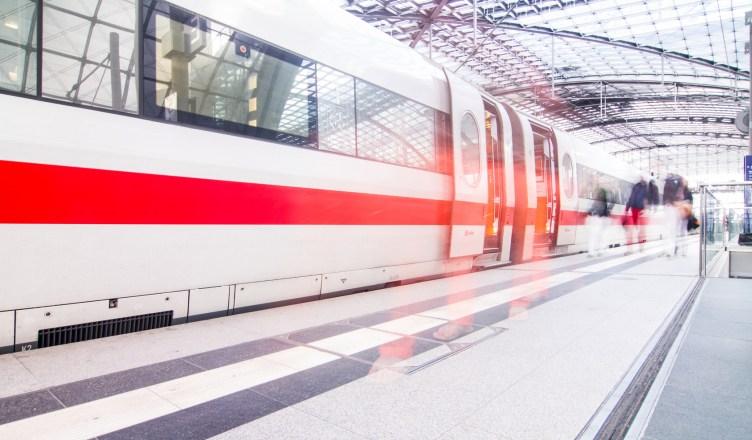 Fahrgastwechsel im Bahnhof. (Foto: © matteo avanzi / fotolia)