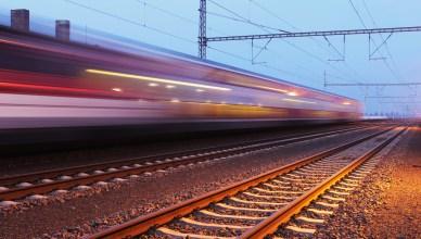 Symbolbild: Ein schnelle Zugdurchfahrt. (Foto: © TTstudio / Fotolia)