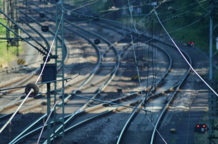 Über den Bahnstrom aus der Oberleitung werden elektrisch angetriebene Lokomotiven und Triebzüge mit einer Spannung von 15.000 Volt versorgt. (Foto: © Bahnblogstelle)