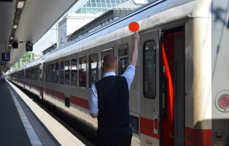 Zugbegleiter gibt Fertigmeldung (Foto: © Bahnblogstelle)