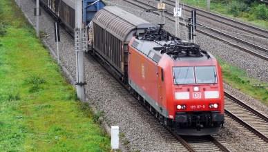 Ein Güterzug von DB Cargo auf der Strecke. (Foto: © Erich Westendarp / pixelio.de)