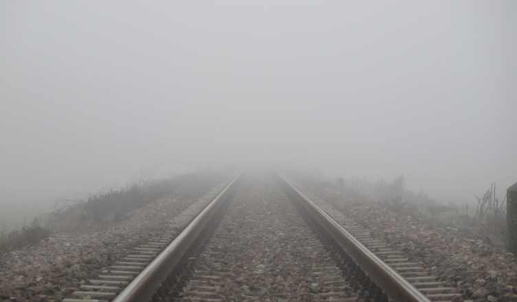 Die Zukunft der Schiene im Wettbewerb mit der Straße liegt buchstäblich im Nebel. (Foto: © Sommaruga Fabio / pixelio.de)