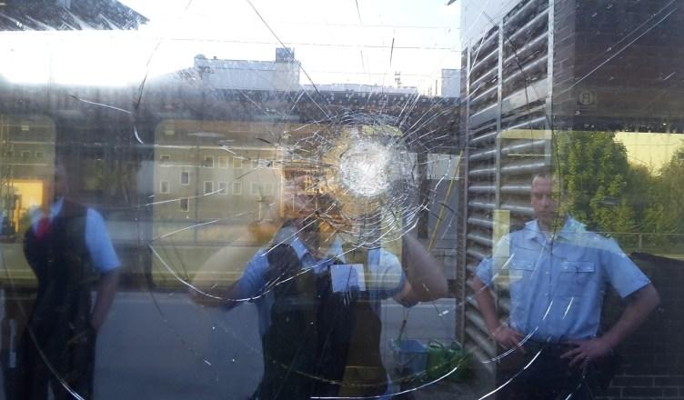 Beschädigte Fensterscheibe des IC 2307. (Foto: © Bundespolizei)