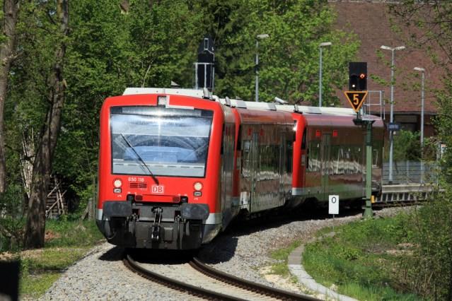 Symbolbild: Eine Regionalbahnstrecke mit Dieseltriebwagen der Baureihe VT 650. (Foto: © DB AG / Uwe Miethe)