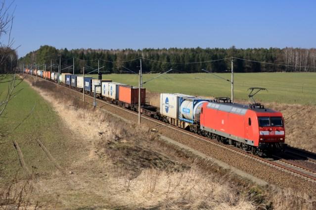 Symbolbild: Ein Güterzug, gezogenn von einer Mehrzwecklok der Baureihe 145. (Foto: © DB AG)