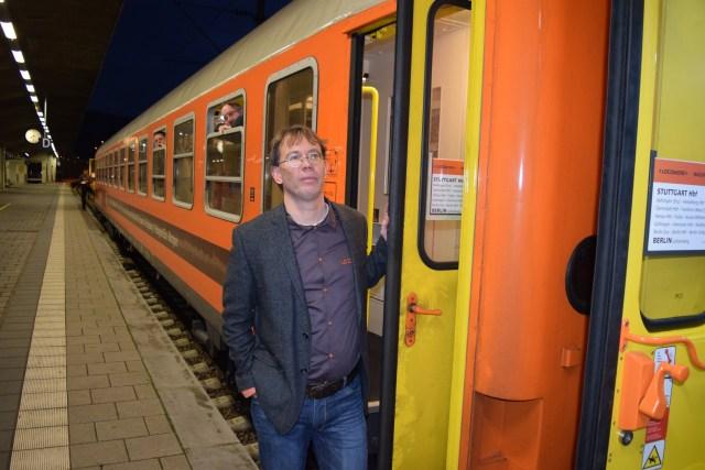 Locomore-Chef Ladewig an der Tür, bei einem Unterwegshalt auf der Premierenfahrt. (Foto: © Bahnblogstelle)