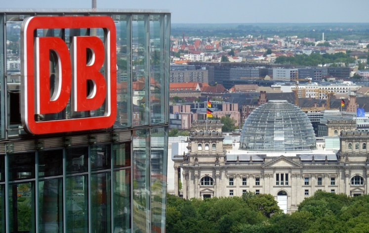 Der Bahntower in Berlin mit Blick auf den Reichstag. (Foto: © DB AG / Volker Emersleben)