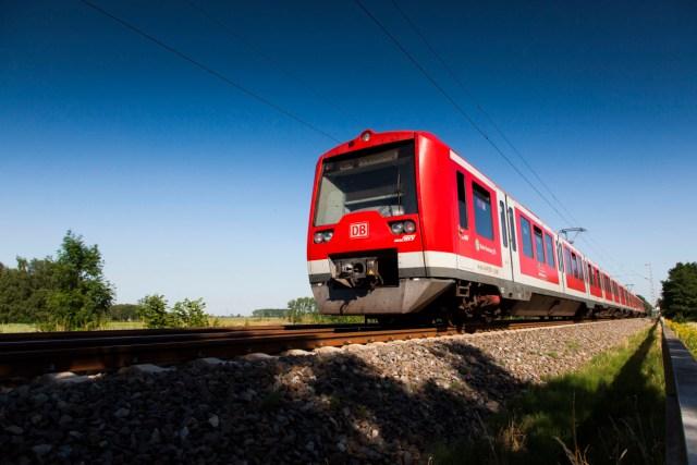 Auf dem Weg nach Pinneberg rollt ein Triebwagen der Baureihe ET 474 der S-Bahn Hamburg. (Foto: © DB AG / Bartlomiej Banaszak)