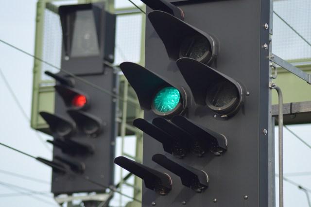 Zwei Ks-Signale: Ein Fahrt und ein Halt zeigendes Signal. (Foto: © Bahnblogstelle)