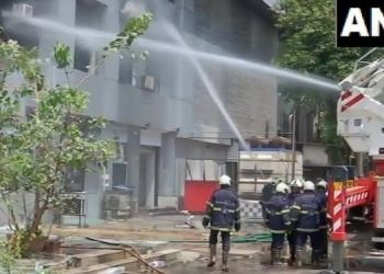 mumbai-10-dead-fire-mall-hospital-treating-covid-19-patients-fire-brigade-man-save-indian-flag
