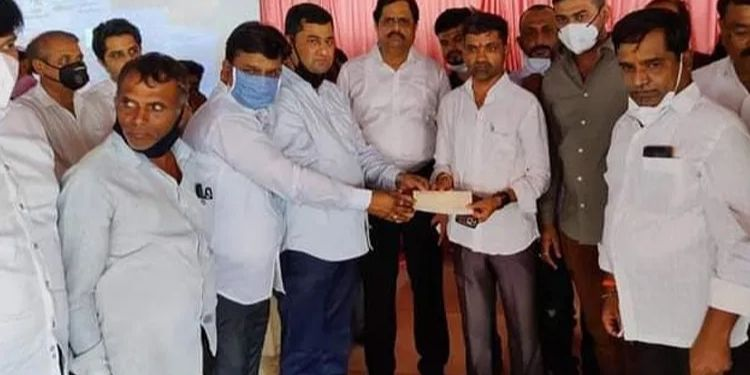 a-helping-hand-to-the-korona-victims-from-the-gaikwad-family-in-kondhapuri