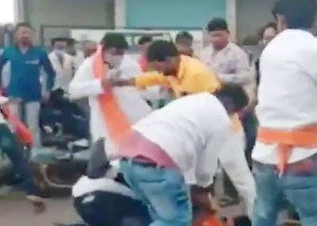 beed shiv sena district chief aappasaheb jadhav ruckus after dhananjay papa solanke throws oil, supporters beaten