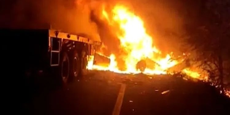 manmad-malegaon-road-nashik-chemical-tanker-and-truck-accident-2-people-died-in-the-fire