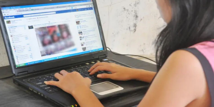 Pune Crime 43 year old woman from Pune meets youth through Facebook youth cheats Rs 18 lakh